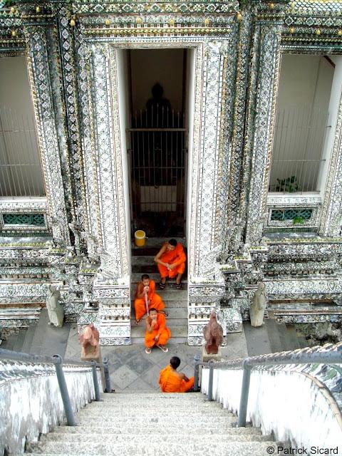Moines au temple en Thailande