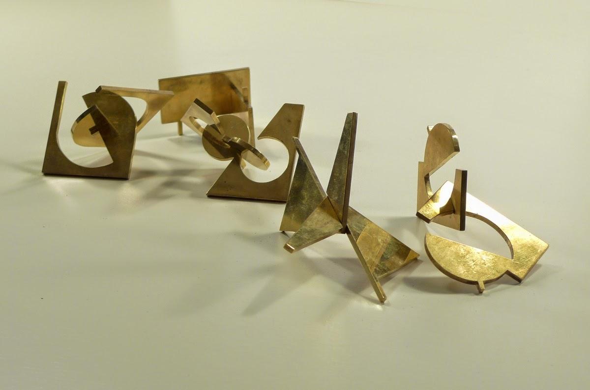 Cinq formes tirées d'un carré de laiton coupé en deux et assemblé perpendiculairement