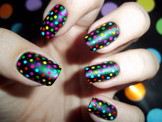 Unhas pretas com bolinhas coloridinhas