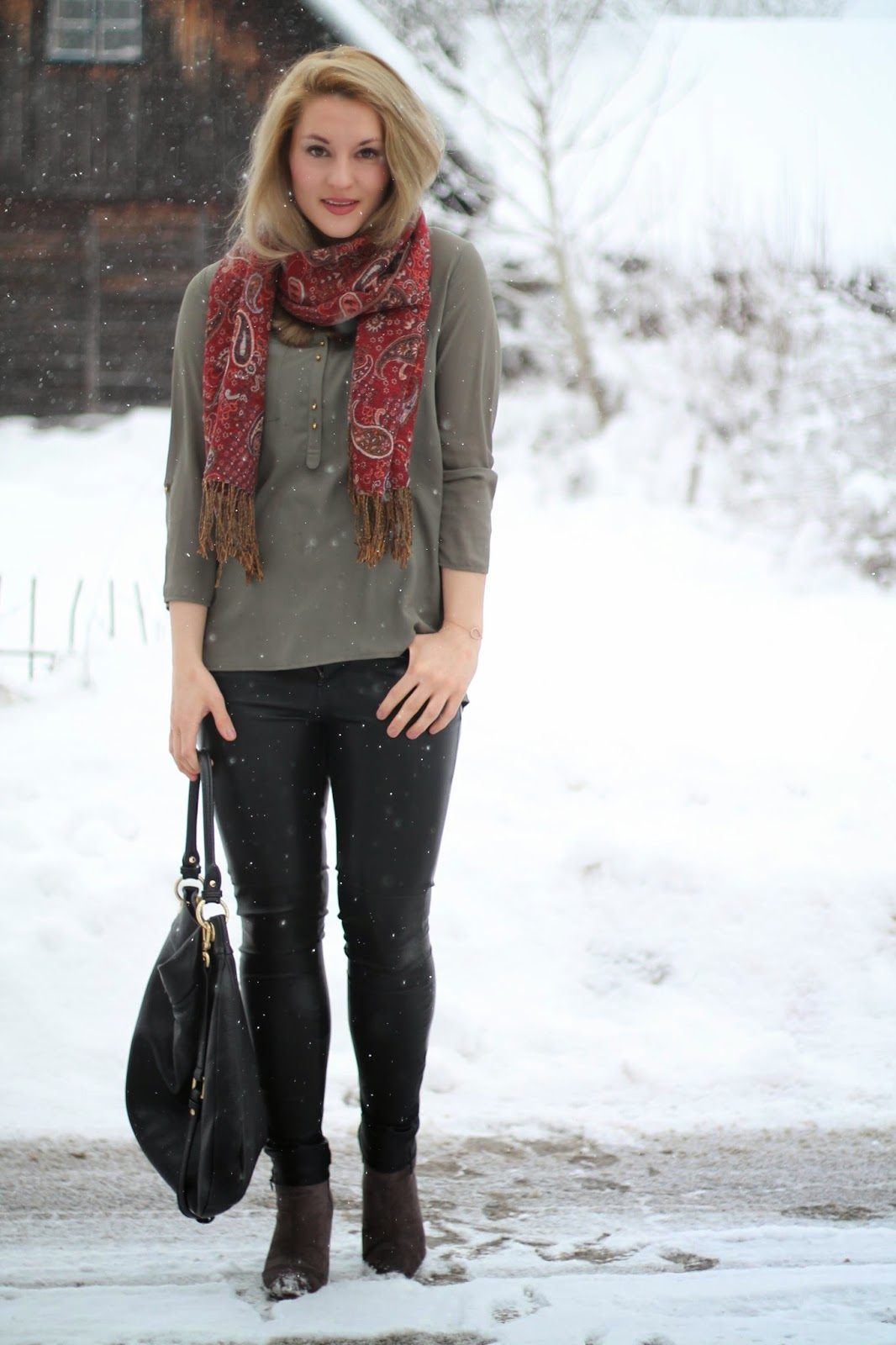 Fashionblogger Austria / Österreich / Deutsch / German / Kärnten / Carinthia / Klagenfurt / Köttmannsdorf / Winter Look / Classy / Edgy / Winter / WInter Style 2014 / Winter Look / Fashionista Look / Streetstyle Klagenfurt Vienna Wien Austria / /Winter Outfit / Leather Pants Leder hose Holy / Olive Bluse Olive Blouse Tunika Primark / Red Scarf Ornamente Roter Schal / Marc by Marc Jacobs Hillier Hobo Bag Golden Hardware Schwarz Black Leather / Zara Grey Boots graue Boots /