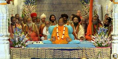 Kripalu Ji Maharaj surrounded by the Saints of Vrindavan