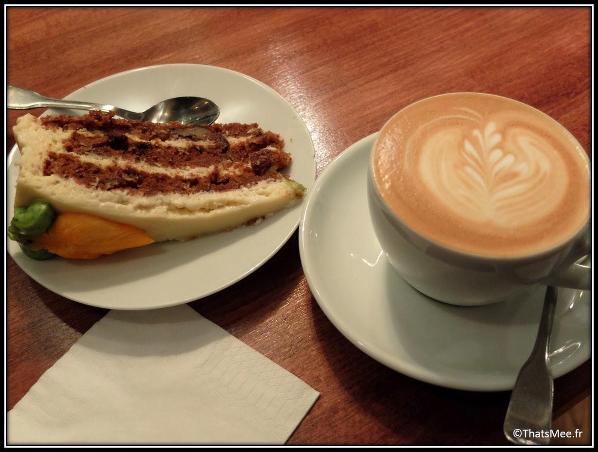 Cafe Loustic coffee shop rue Chapon Paris déco cosy Marais , café enseigne lumineuse vintage, carrot cake instafood