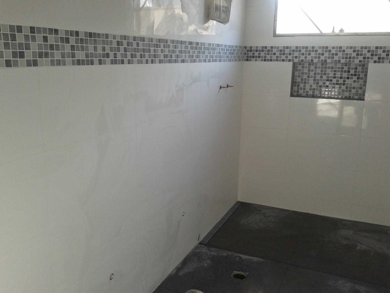rejunte e com piso correto (cinza por causa do pó do rejunte rs #5D656E 1600x1200 Banheiro Branco Com Rejunte Azul