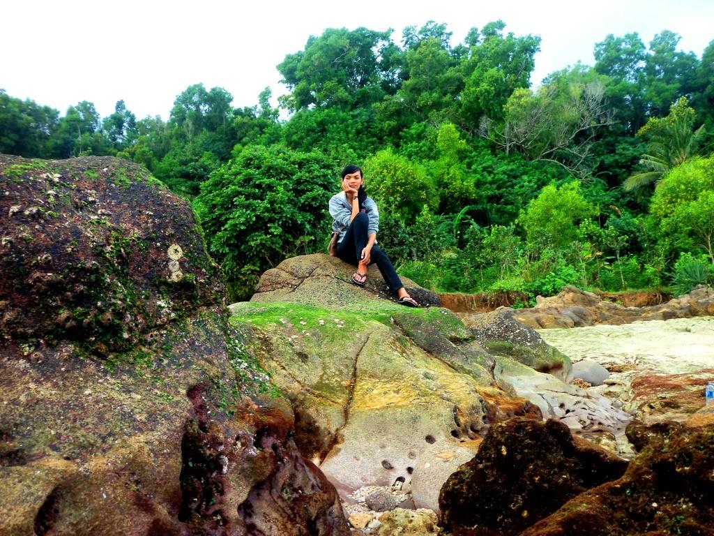 Berpose di antara batuan breksi & lava bantal, bekas letusan gunungapi purba