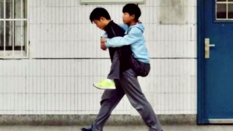 gendong teman lumpuh ke sekolah