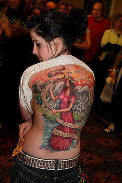 Tattoo cewek di backside 