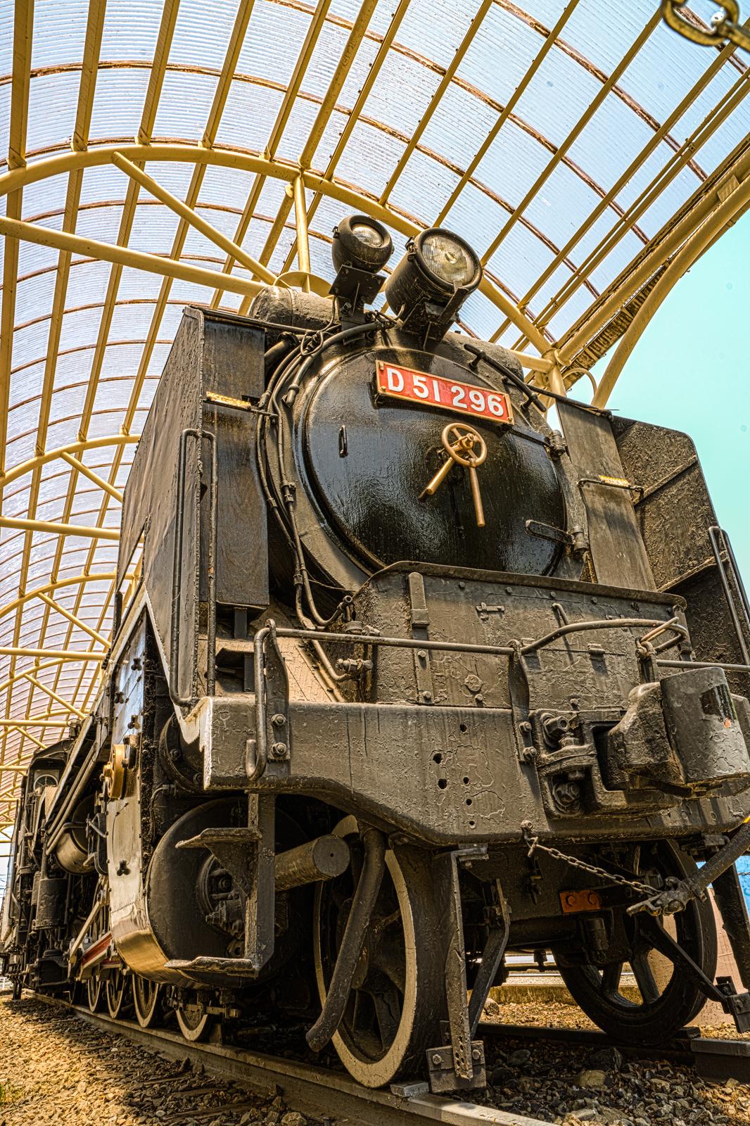 ローアングルで撮影したD51型蒸気機関車296の写真 HDR