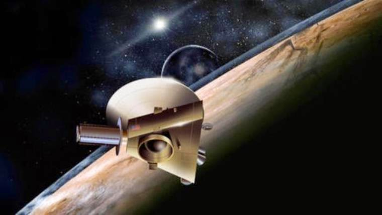 Η απεικόνιση της NASA δείχνει τον ανιχνευτή New Horizons (Νέοι Ορίζοντες) μετά την άφιξή του στο νάνο πλανήτη Πλούτωνα. Από τον Ιανουάριο θα εξερευνήσει τον Πλούτωνα και τα φεγγάρια του.