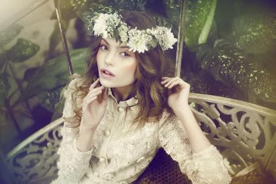 szép lány virágkoszorúval