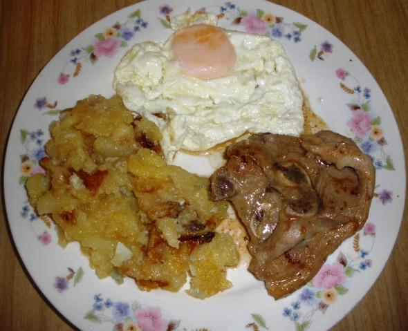 Patatas Fritas en Ajo Cabañil con Cordero y Huevo Frito