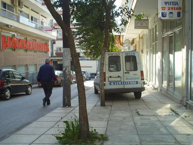 Οι πεζοί στους δρόμους για κατειλημμένα από αυτοκίνητα πεζοδρόμια