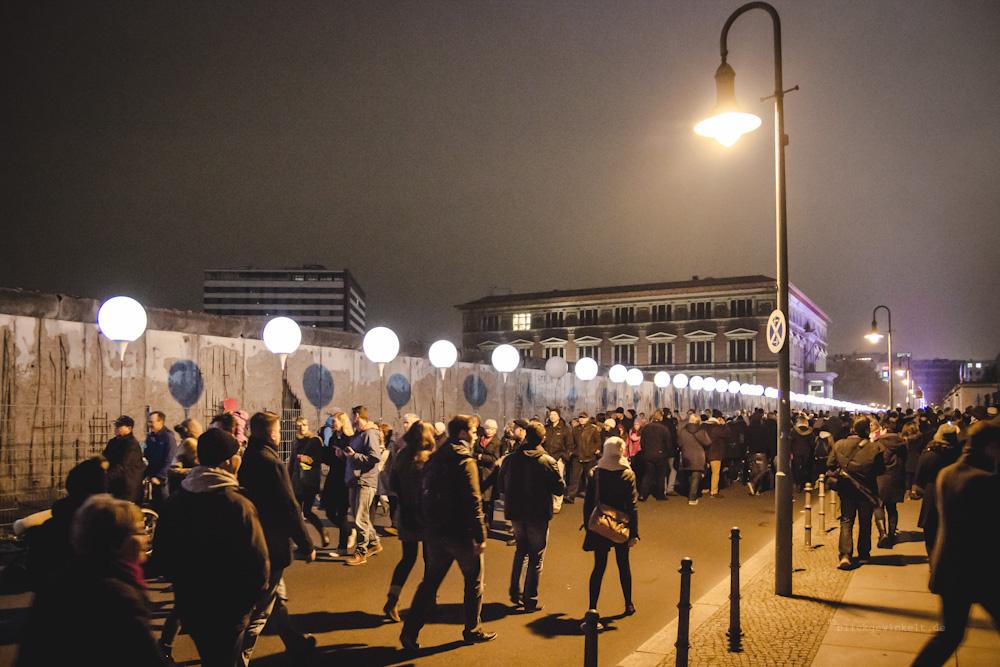 Berliner Mauer, Menschen und Ballons der so genannten Lichtgrenze
