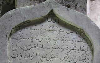 menulis alquran di batu nisan
