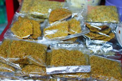 ikan rinuak yang dijual di pasar maninjau