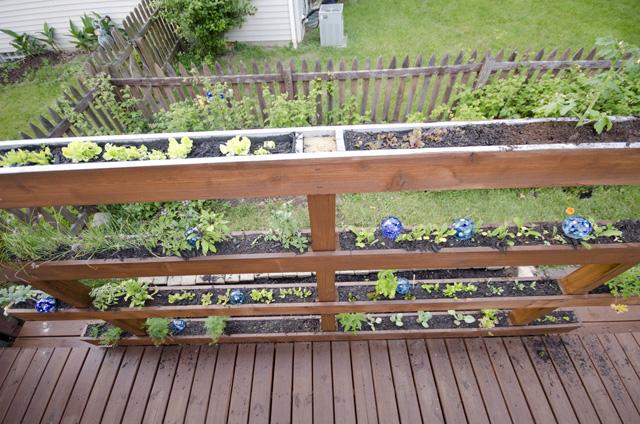 deck jardim vertical:Linda horta vertical usa resto de madeira – Ideias Green
