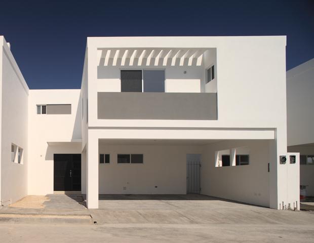 Fachadas minimalistas fachada minimalista con balcon al for Casas con terraza al frente
