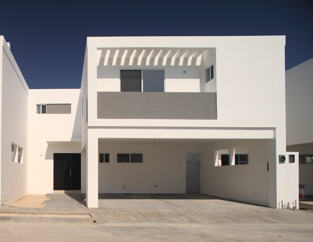 Fachadas minimalistas fachada minimalista con balcon al for Fachadas minimalistas