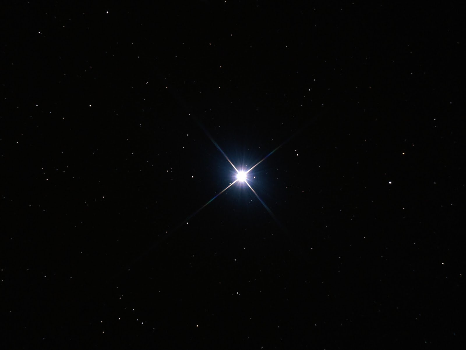 Ngôi sao Vega màu xanh thuộc chòm sao Lyra (Thiên Cầm - Cây đờn của bầu trời). Ngôi sao này được sử dụng làm mốc chuẩn trong thang đo độ sáng các thiên thể trên bầu trời. Tác giả hình ảnh : Ash.Cox.