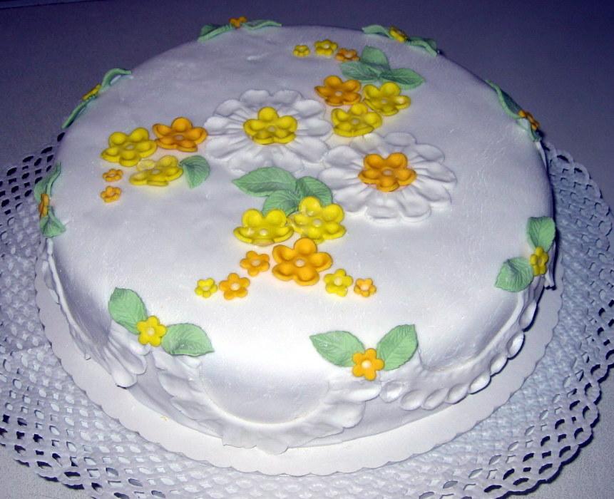 Prosecco-Torte unter Fondant mit Blüten und Girlanden aus Fondant zur ...