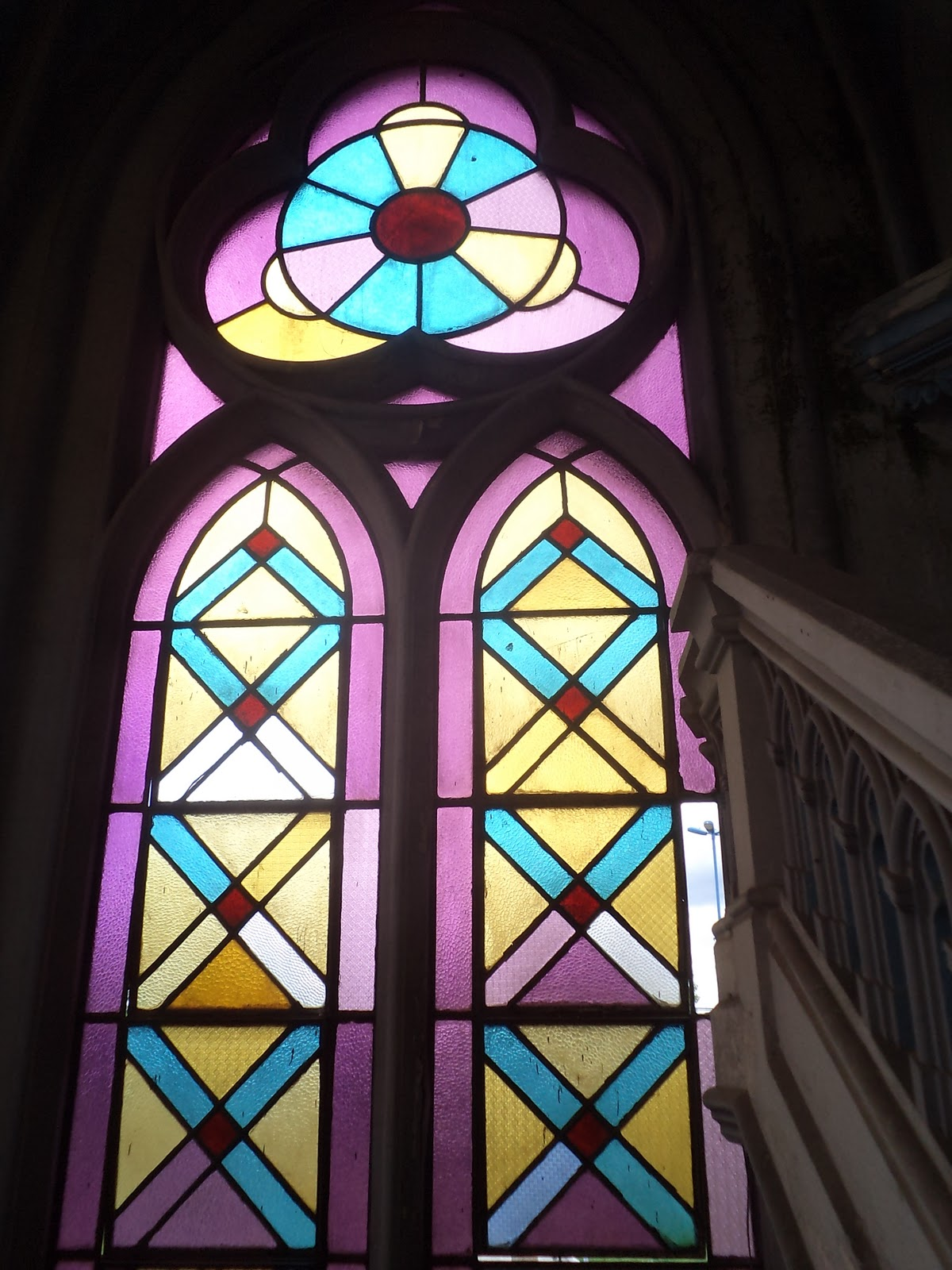#0CB3BF Detalhe das janelas com seus vitrais em formas geométricas simples  570 Janelas Em Arco Pleno