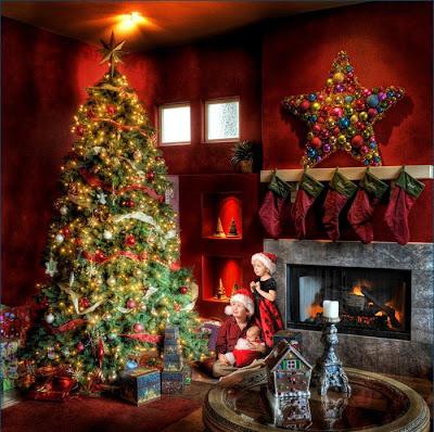 Arbolito de Navidad en tarjeta navideña con regalos y luces