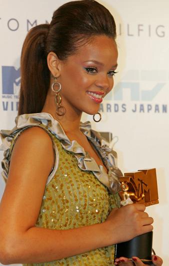 Rihanna uzun kahverengi saçlarını gergin at kuyruğu yaptırmıştır. Saçlarının üstünü ise biraz krepe yardımı ile kabarttırmıştır.