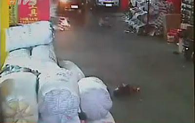 Video Anak Tertabrak Mobil di China