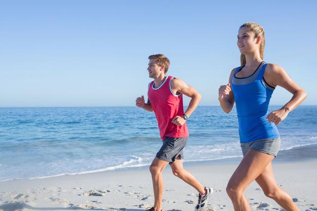 jogging uprawiany na plaży