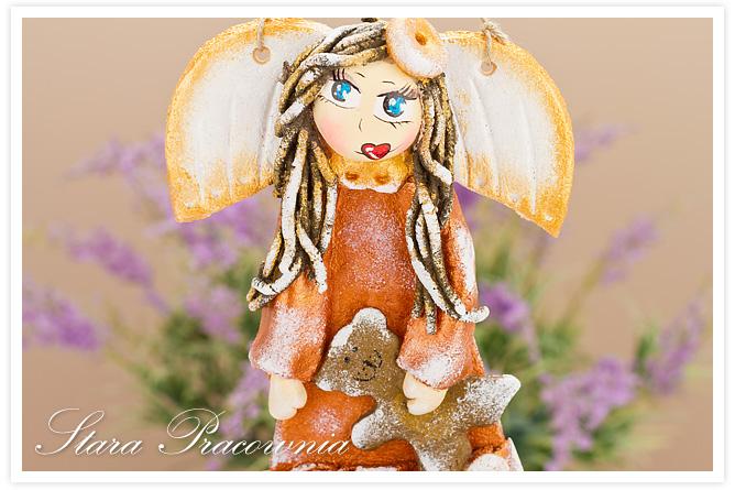 aniołek z masy solnej, anioł z masy solnej, aniołek z napisem, figurka z masy solnej, masa solna, aniołek trzymający misia, salt dough