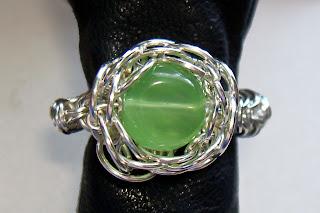 Zdjęcie od góry, duży pierścionek ręcznie robiony