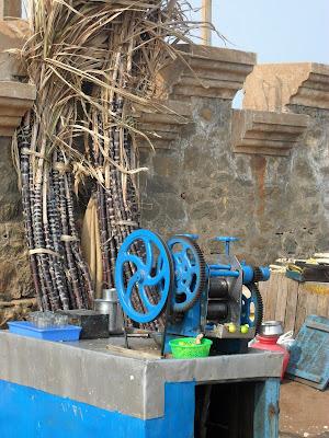 Уличная точка по изготовлению сока сахарного тростника в Индии