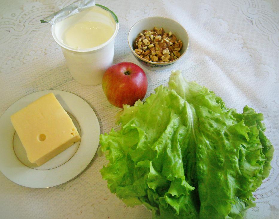 Салат с яблоками, орехами и сыром