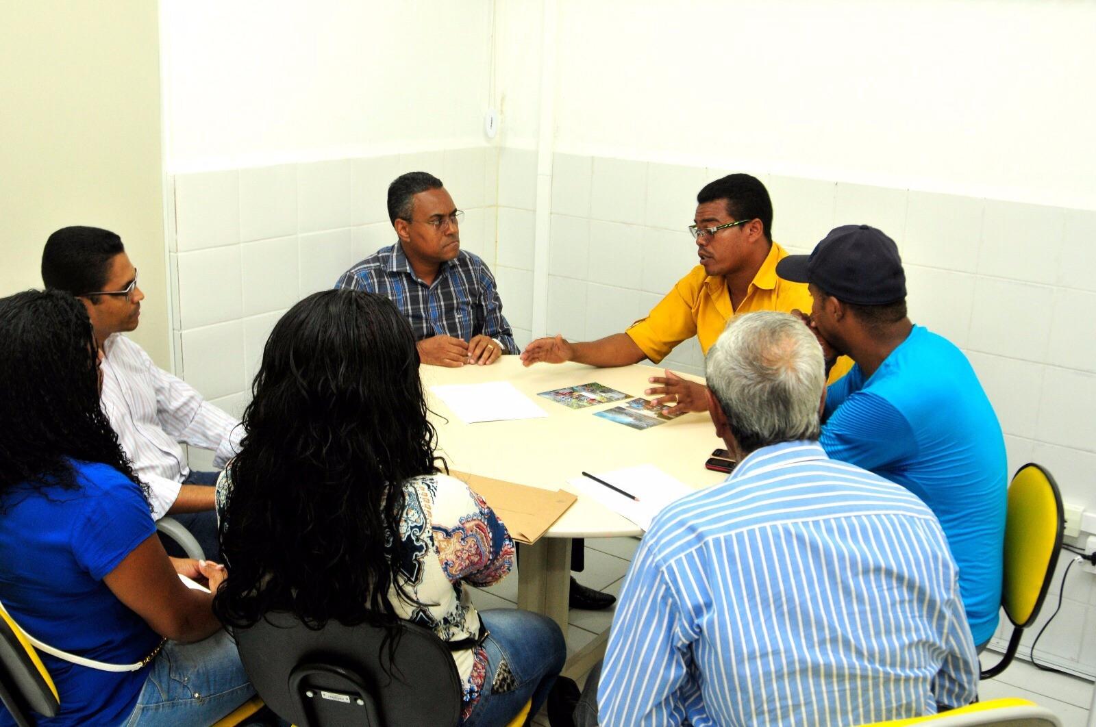 Secretário Edilson Ferreira e o subsecretário Renildo Cabral em reunião com comissão de moradores do Capelão