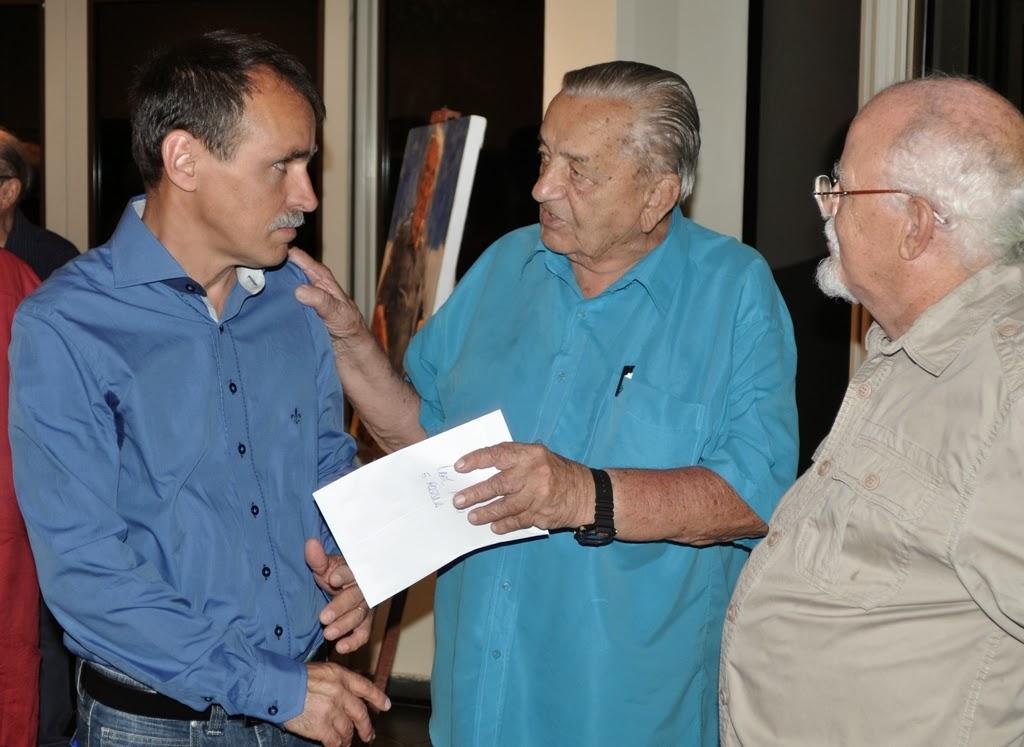 Secretário de Cultura, Wanderley Peres, o homenageado Alexander Robin e o jornalista José Attico