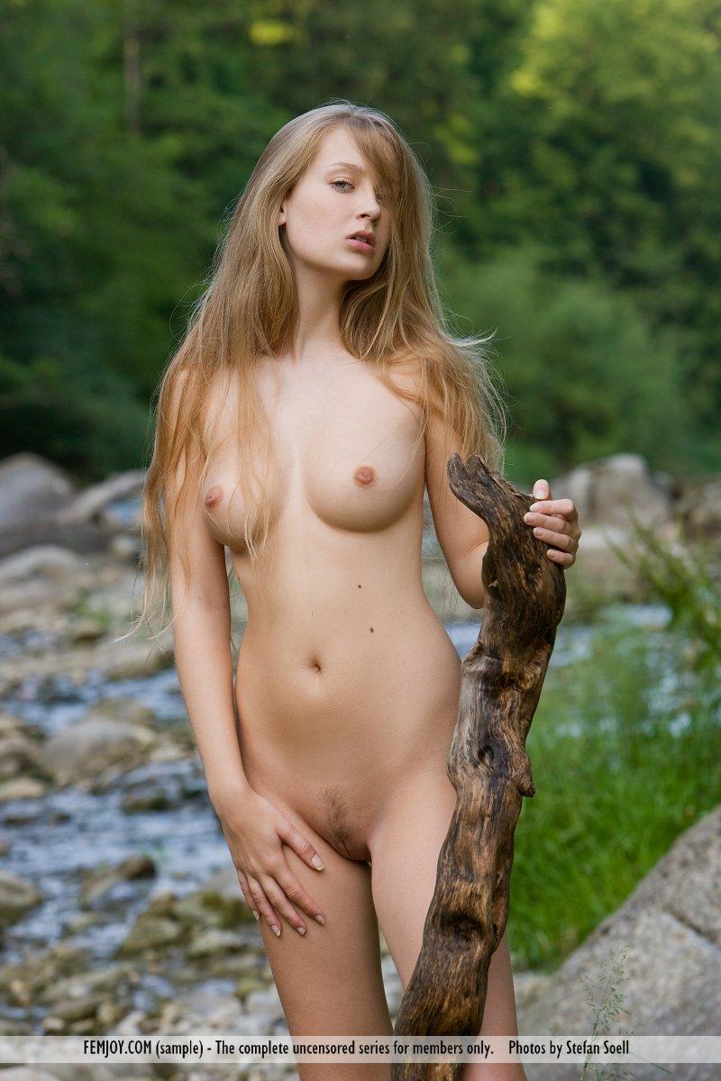 Chica desnuda desnuda en el bar