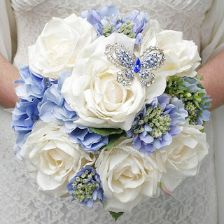 modelo valquiria manuel mota look de novia ramo de novia azul