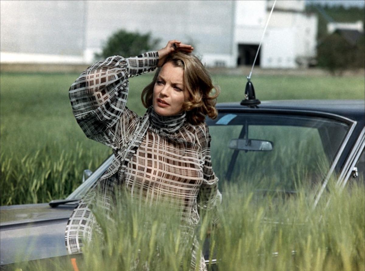 http://1.bp.blogspot.com/-rw0LsOzEeds/UEMRn8bCJLI/AAAAAAAAHW8/0xe2KkyysoI/s1600/Romy+Schneider+-+Cesar-et+Rosalie-01-g.jpg