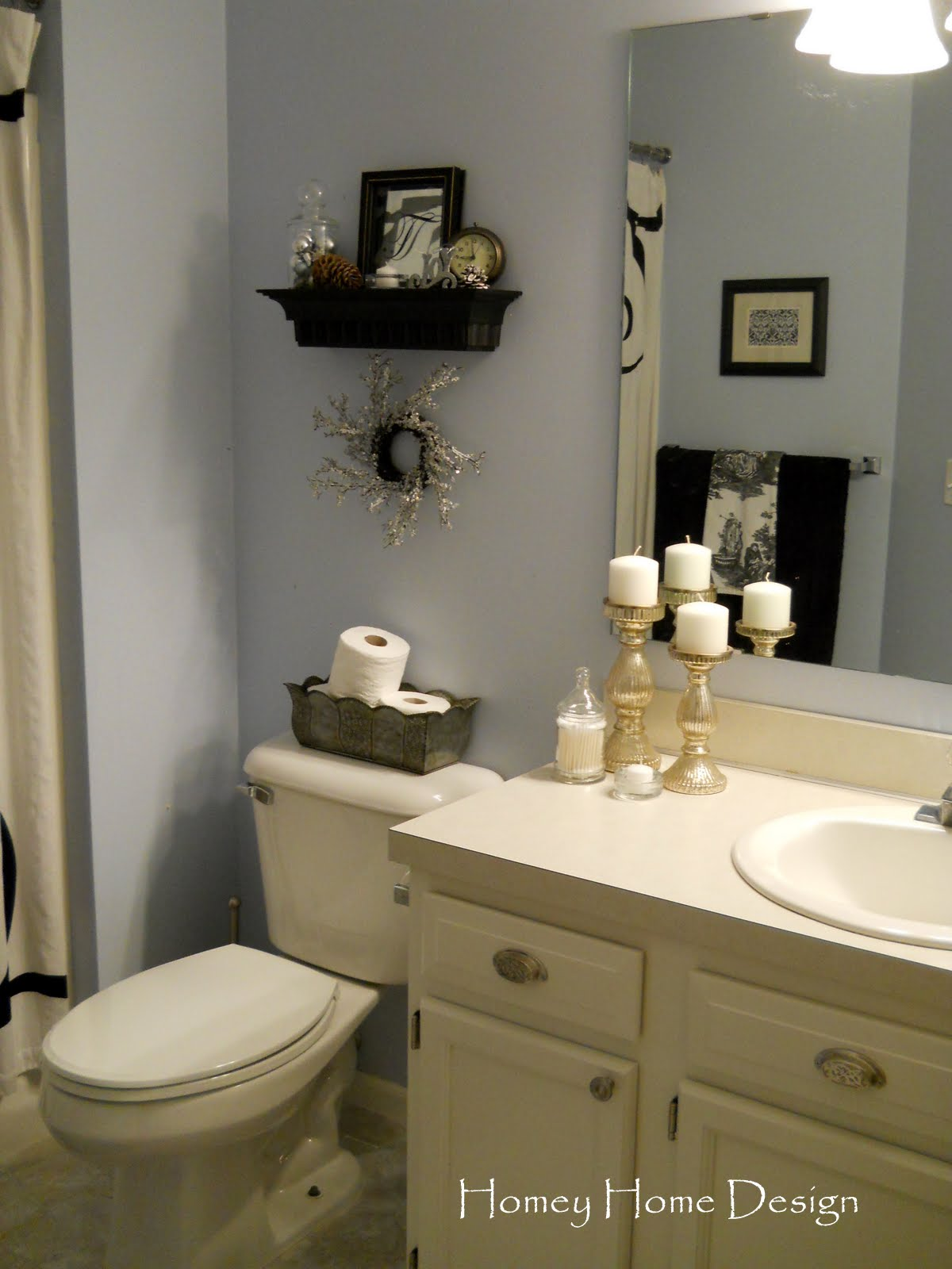 Homey home design christmas in the bathroom for Home decor bathroom pictures