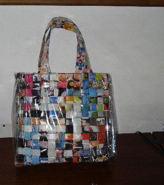 bolso hecho con papel de revista