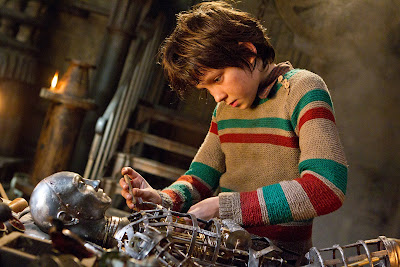 asa butterfield, hugo fixes automaton given by his father