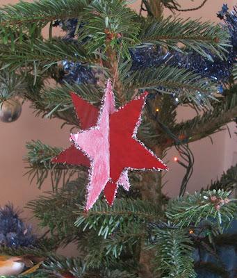 créer des petites étoiles avec du carton et des matériaux de récupération par severine peugniez