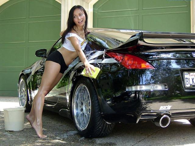 стройная девушка брюнетка моет машину