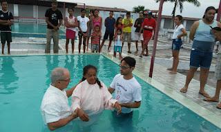 Igreja Vitória em Deus realiza batismo em águas
