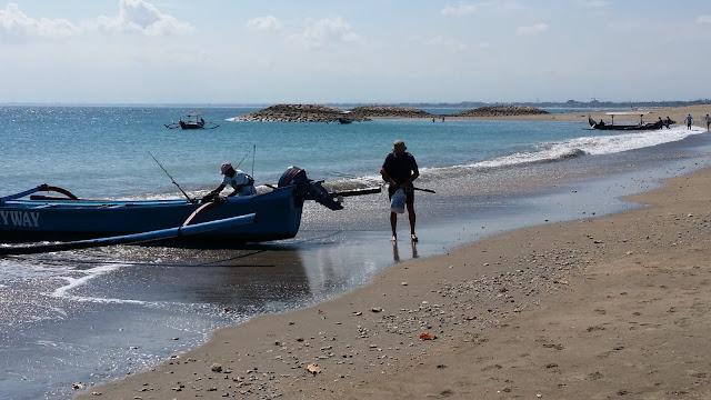 Yayo vuelve de pescar en Bali