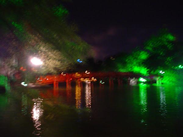 Puente del lago de Hanoi con luces