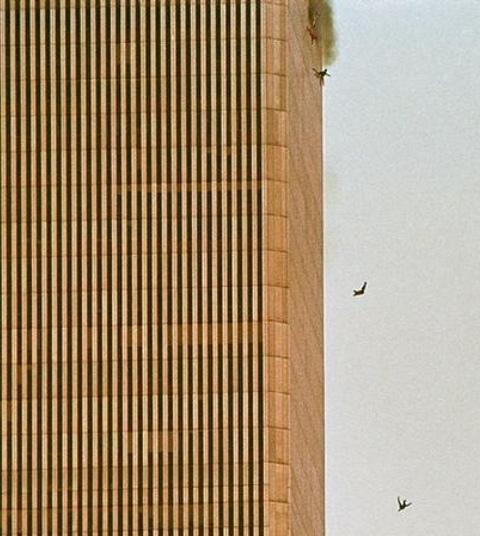 Tre mennesker falder/springer ned fra det brændende World Trade Center