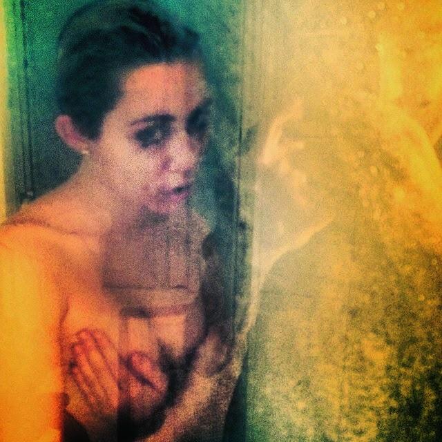 Miley Cyrus nuevamente en topless