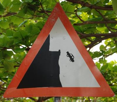 Advarsels skilt med faldende bil