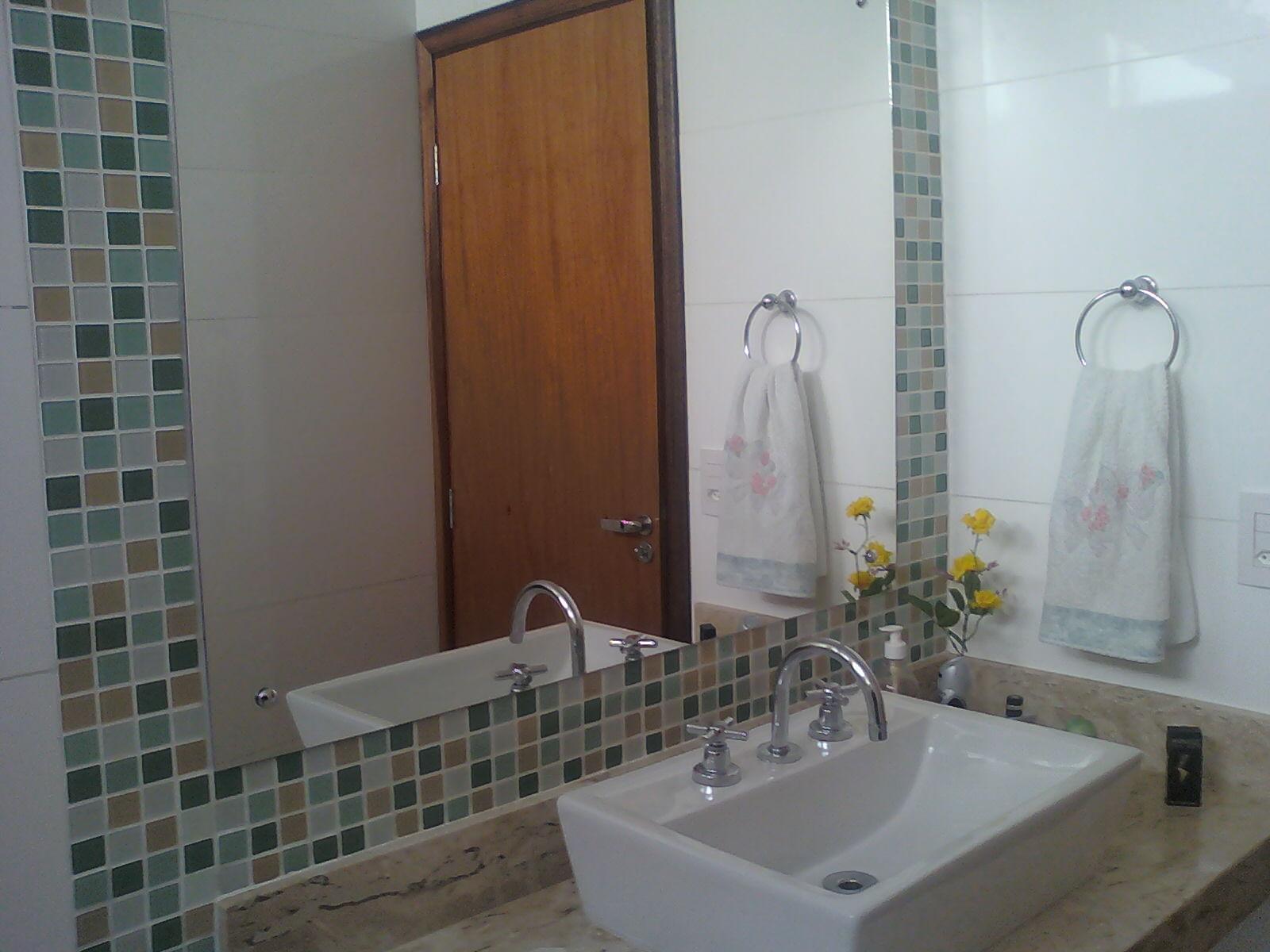 acabamento em banheiro feito com pastilhas de vidro em tons de verde e  #674936 1600 1200