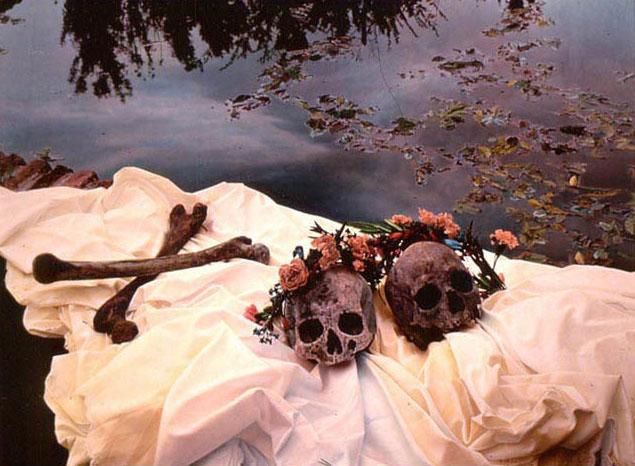 Cuadro de Ouka Leele en el que aparecen dos calaveras con rosas.